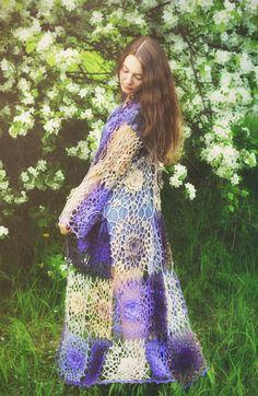 Rosas de encaje crochet maravillosas de deliciosos tonos de violeta, beige, violeta y amatista y la línea de esta chaqueta de manga larga darán una gran variedad de complectations - de casual al abrigo de la boda. Tallas S-L.