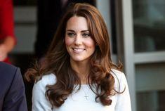 Kate Middleton Long Curls - Kate Middleton looked chic while performing her royal duties in a sheath dress topped off with curly brown locks. Zooey Deschanel, Diy Hairstyles, Pretty Hairstyles, Updo Hairstyle, Wedding Hairstyles, Wedding Updo, New Hair, Your Hair, Cabello Zayn Malik