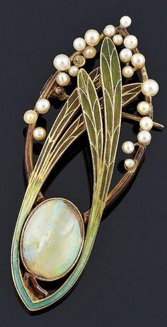 An Art Nouveau gold, polychrome and plique-à-jour enamel, opal and pearl brooch, circa 1900. With illegible maker's mark [...L]. Length 6.5cm. #ArtNouveau #brooch