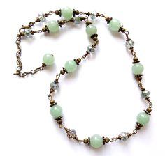 Halsband i brons med pärlor av kristall och grön aventurin. Längd: 46cm + 7cm…