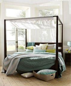 Déco chambre blanche avec lit à baldaquin