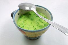 Zutaten für 2-3 Personen  – 1,5 L Spargelfond – 1 Bund frischer Bärlauch – 250ml Sahne – 2 EL Rapsöl – 1 EL Mehl – Salz, Pfeffer – 1 TL Zitronensaft