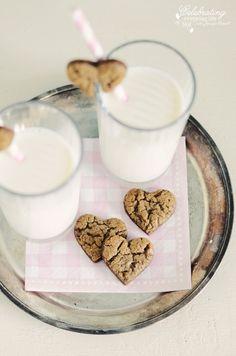 cookies and milk Galletas Cookies, Milk Cookies, Cute Cookies, Yummy Cookies, Cupcake Cookies, Cookies Et Biscuits, Heart Cookies, Cookie Favors, Baby Cookies