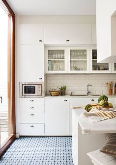 How To Incorporate Contemporary Style Kitchen Designs In Your Home Kitchen Backsplash, Kitchen Cabinets, Glass Cabinets, Kitchen Dining, Kitchen Decor, Brown Kitchens, Micro Onde, Contemporary Kitchen Design, Cuisines Design