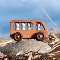 Un bus avec des passagers est un grand jouet-sorter, dans lequel les passagers peuvent être enlevés et insérés. La machine parfaitement développe sa motricité fine chez l'enfant que le jeu d'intrigue dans le bus avec des passagers provoquera certainement intérêt chez les enfants, que la