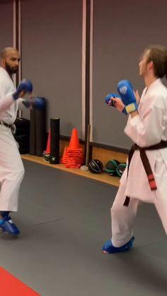 Self Defense Moves, Self Defense Martial Arts, Fight Techniques, Self Defense Techniques, Martial Arts Workout, Martial Arts Training, Karate Kumite, Kempo Karate, Fighting Moves