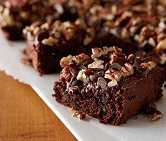 Apprenez à préparer le brownies haute gamme de Philippe Conticini avec notre recette facile. Le chef apporte une touche originale à ce gâteau américain pour le rendre un dessert de luxe.