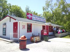 Stopping for lunch at Easterbrooks - vintage hotdog stand in Burlington Places To Eat, Great Places, Places Ive Been, Hamilton Ontario Canada, Site History, Burlington Ontario, Hot Dog Stand, Picnic Area, Amazing Adventures