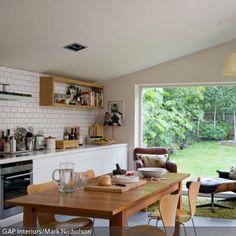 Die Wohnküche besitzt sowohl Essbereich, als auch Lounge-Ecke und Ausblick zur Terrasse. Der Essbereich ist durch den Einsatz von einheitlich hellem Holz optisch…