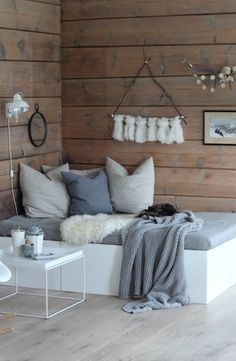 By using IKEA cabinets as a base for this lounging area, Marthebo not only makes building this daybed easy, but also increases the amount of storage space/// Small Space Solution: Double Duty DIY Daybeds Chaise Longue Diy, Murphy-bett Ikea, Diy Daybed, Small Daybed, Ikea Daybed, Small Beds, Daybed Mattress, Small Space Solutions, Small Room Design