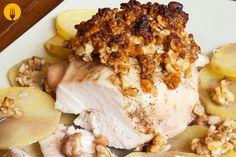 Hoy os proponemos una receta con la que elaborar una tierna y jugosa pechuga de pollo al horno cubierta por una costra de frutos secos. Se trata de una ela