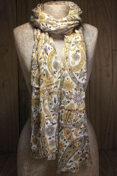As estampas liberty são femininas, leves e delicadas. Para o verão, o echarpe Liberty compõe o look enriquecendo a produção.