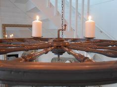 Byggt en ljuskrona med hjälp av en gammal spinnrock!