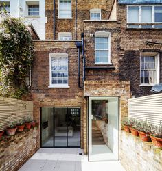 CJWHO ™ (Modern Town House in London with a Lovely Brick...)