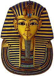 Maschera funeraria di Tutankhamon, ca 1325 a.C. Oro, lapislazzuli, smalti e pietre dure, altezza 62,68 cm. Dalla Valle Dei Re, Tebe Ovest, Museo Egizio.