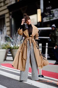 Winter outfits: calça listrada. blusa básica preta. trench coat camel.