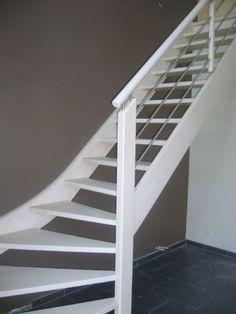 Moderne houten trap | witte trap met grijze muur | open houten trap met onderkwart en metalen balustrade met ronde leuning | www.meesterintrappen.nl