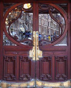 Etwas abgegriffene Jugendstil - Tür eines alten Kinos in Edinburgh / Schottland... von Gerret Goos