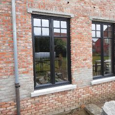 Afbeeldingsresultaat voor ral 7022 ramen Ral Colours, Paint Colours, Black Windows, Garden Buildings, Country Houses, Red Bricks, Ramen, Patio, Kitchen