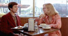 """Cybill Shepherd mit De Niro-Cybill Shepherd ist sehr gut als die Frau, die sie in """"Taxi Driver"""" darstellt. Sie ist die Frau, die sich für den Soziopathen Travis Bickle interessiert, sie ist angezogen von seiner Intensität und seinem Irrsinn, er ist ein interessanter Typ – aber sie ist abgestoßen von ihm, als er ihre Kris-Kristofferson-Platte nicht zu schätzen weiß und sie in ein schäbiges Porno-Kino einlädt. Sie ist eine gebildete Frau, die glaubt, Bickle erkannt zu haben und kontrollieren…"""
