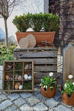 Decoration with old wooden boxes Garden Whimsy, Garden Art, Images Google, Wood Trellis, Wood Mantle, Outdoor Furniture Sets, Outdoor Decor, Wood Working For Beginners, Woodworking Projects