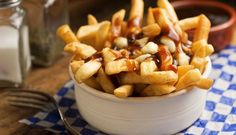 Learning how to make weed poutine was a game-changer. Poutine is one of my favourite foods so if you're anything like me, you're going to love this recipe! Sauce Poutine, Poutine Recipe, Canadian Dishes, Canadian Food, Canadian Maple, Fish And Chips, Comida Tipica Do Canada, Corned Beef Sandwich, Gastronomia