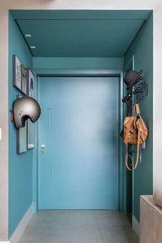hall de entrada de apartamento com cabideiro de parede e quadros