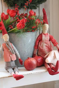 Lovin' the elves with touches of red and old bucket with red flowers....oh, my!