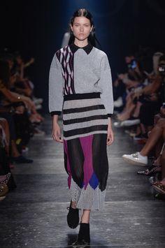 Blusa de frio de tricô com estampa geométrica e saia midi de tricô nas cores cinza, preto, azul e rosa.  Coleção // GIG Couture, SPFW, Inverno 2016 RTW // Foto 39 // Desfiles // FFW