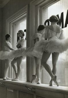 NEW YORK CITY, 1936 -- Ballerinas at George Balanchine's School of American Ballet. George Balanchine was an absolute dance genius. George Balanchine, American Ballet Theatre, Ballet Theater, Dance Photography, Vintage Photography, Ballerina Photography, Classic Photography, Candid Photography, Fashion Photography