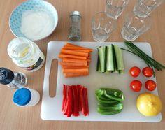 Gezonde traktatie: groenten met dip. #trakteren #kindertraktatie #gezond
