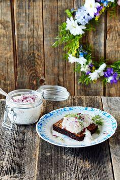 Skagenröra on klassinen ruotsalainen rapusalaatti, joka sopii erinomaisesti alkupalaksi saaristolaisleivän kanssa tarjottuna.   K-ruoka #kesä Koti, Swedish Recipes, Malaga, Tapas, Summer, Summer Time