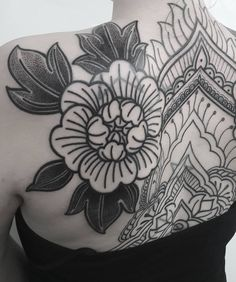 Petit aperçu du dos de Sam en cours... // Sneak peek... #goldendina #goldendinatattoo #tat #tattoo #tattoedgirl #inkedgirl #inked…