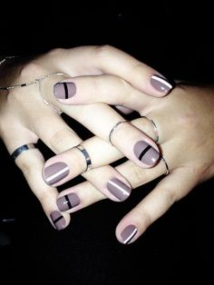 Simple yet sleek striped nail design.