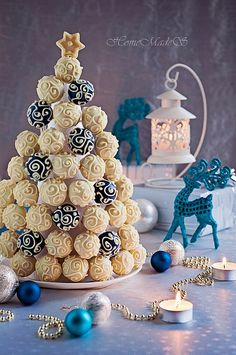 Premium Мастер-классы по украшению тортов Cake Decorating Tutorials (How To's) Tortas Paso a Paso Christmas Cake Pops, Cool Christmas Trees, Christmas Goodies, Christmas Desserts, Christmas Treats, Christmas Baking, Holiday Cakes, Xmas, Mini Cakes