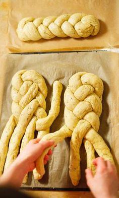 Pullapitkon letitys neljällä säikeellä – katso vaihe vaiheelta -ohjeet | Maku Baking Recipes, Cake Recipes, Bread Art, Vegan Cake, Holiday Festival, Delish, Stuffed Mushrooms, Food And Drink, Sweets