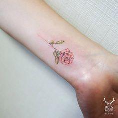 Tatuaje de una rosa de estilo acuarela situado en el interior de la muñeca izquierda. Artista tatuador: Zihwa