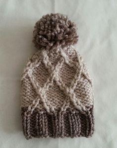 Вязаная шапка с помпоном. Двухцветная.