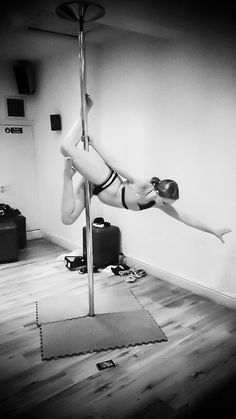 Russian fish variation, one handed version / poisson #poledancing #polefitness #invertedcrucifix #sport #fitness #fitnessfun #exercise #polemove #russianfish #onehanded #poisson