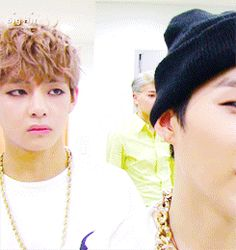 Taehyung be judging again. The face he makes. Omg I can't.
