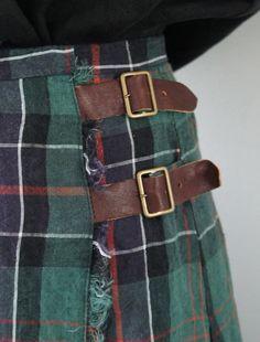 Kilt buckles | Plaid check | Frayed edge | Scotland. Que pena ser bajita, y redondita!! Pero soñar tener un kilt auténtico y gastado en mi armario también vale.