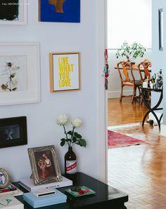 Feita de diversos estilos diferentes, como clássico, romântico e contemporâneo, a decoração desse apartamento traz muita inspiração.