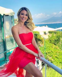 Is Diletta the most attractive sports broadcaster? Beautiful Eyes, Beautiful People, Beautiful Women, Summer Goddess, Stylish Older Women, Beauté Blonde, Elegant Sophisticated, Strapless Dress Formal, Formal Dresses