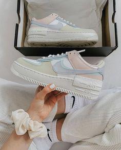 La Air Force 1 Shadow Pastel est disponible sur wethenew.com ➖ 📸 @syrup.at Jordan Shoes Girls, Girls Shoes, Pink Shoes, Cute Sneakers, Shoes Sneakers, Jordan Sneakers, Sneakers Women, Shoes Women, Shoes Heels