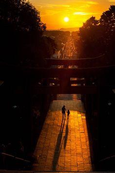 2015 宮地嶽神社の参道の向こうにパワースポット目指し夕日が沈む(福津市宮地嶽神社) - おうどうもん(Oudoumon People of Hakata)