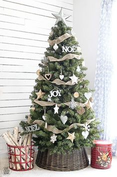 Rustic farmhouse christmas decor ideas ll help you decorate for chrismtas from bright and cheery to cute and chic. This list of rustic farmhouse christmas decor ideas also includes gorgeous christmas tree decorating schemes. For just a small touch of . Christmas Tree Inspiration, Woodland Christmas, Beautiful Christmas Trees, Christmas Tree Themes, Noel Christmas, Xmas Decorations, White Christmas, Minimalist Christmas, Holiday Ornaments