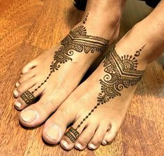 Check out the 60 simple and easy mehndi designs which will work for all occasions. These latest mehandi designs include the simple mehandi design as well as jewellery mehndi design. Getting an easy mehendi design works nicely for beginners. Mehndi Designs Feet, Tattoo Designs Foot, Legs Mehndi Design, Latest Mehndi Designs, Simple Mehndi Designs, Bridal Mehndi Designs, Mehandi Designs, Foot Tattoos, Best Henna Designs