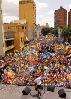 """Un """"huracán de personas"""" abrazó a @hcapriles en Caracas"""