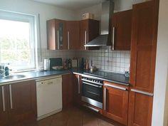 Sehr gut erhaltene Einbauküche mit AEG Elektroherd, Einbaukühlschrank/Gefrierkombi, Dunstabzugshaube, BOSCH Geschirrspüler.3,10 lang2,40 breitSchrank oben:0,70 mSchrank unten:0,90 mIncl.Karussells in jeder Ecke/ ein Apothekerschrank/teilweise Glasböden.Käufer müsste die Küche selbst auseinderbauen und abholen in Kleinmachnow ( EG Haus ).Zu haben ab Anfang/Mitte September! Kitchen Cabinets, Bosch, September, Home Decor, Electric Range Cookers, Exhaust Hood, Home Goods, Built Ins, Interior Design