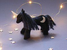 Aujourd'hui je vous propose de réaliser un mini doudou en feutrine: une jolie licorne lunaire ! Mini, Christmas Ornaments, Holiday Decor, Couture, Lamas, Animals, Mobiles, Html, Softies